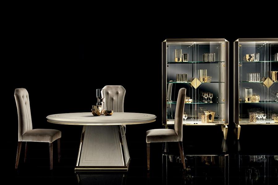 Contemporary interior design: mirror and glass top